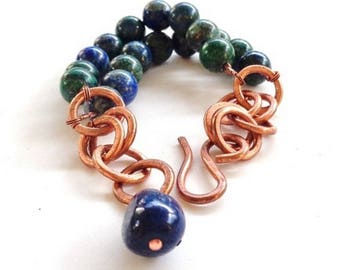 Hammered copper bracelet and chrysocolla with final in Lapis lazuli