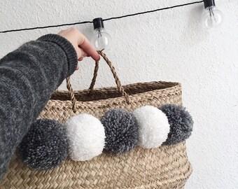 attrape r ves gris blanc avec pompons. Black Bedroom Furniture Sets. Home Design Ideas