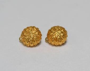 gold optic earrings ear clips trifari style with leaves 1970 70s vinatge