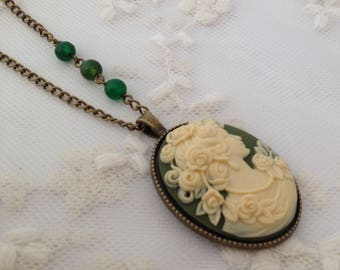 Reversible necklace Lady in green.