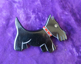 broche ancienne fantaisie en forme de chien,galalithe,Scottie -Terrier Ecossais_old fancy brooch in the shape of a dog, galalith,spilla