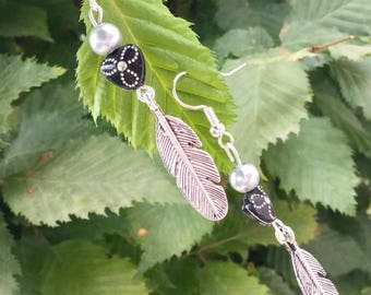 Silver feather theme.