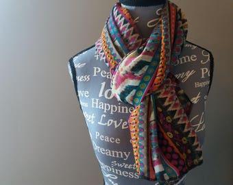 Foulard feminin en mousseline motifs ethniques