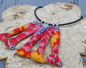 "Textile necklace ""return from fishing a sardine."""