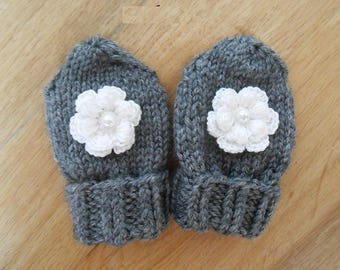mittens (baby) born in gray wool with large crochet flower