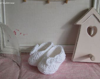 Mini baby booties crocheted in white cotton