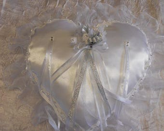 Cushion in ivory and lace heart