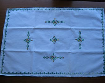 Manually embroidered doily in traditional embroidery (N44)