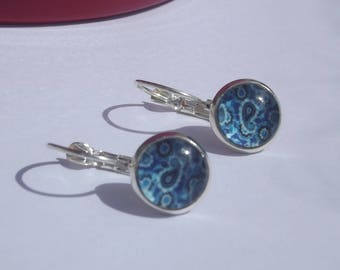 Small earrings in silver with cabochon glass print flowery blue spirals.