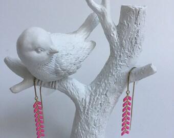 A chain and spikes enamelled Fuchsia earrings