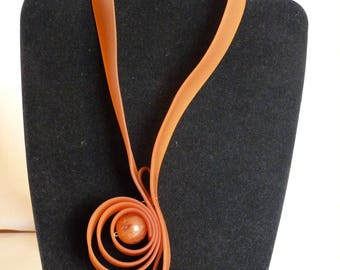 MID LONG ORANGE RUBBER AND PEARL NECKLACE