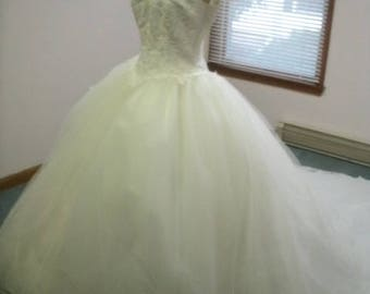 white tulle ballgown lacebodice queen anne  size 0-12