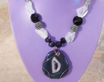 Black and opaque necklace with extraordinary agate pendant