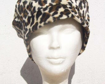 Soft and light leopard print beret.