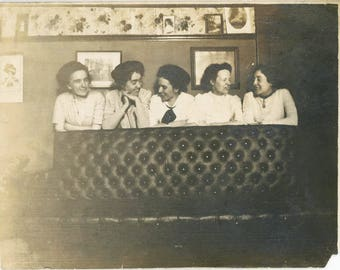 vintage photo 1911 Young Ladies Line up Behind Leather Sofa Samuelsons