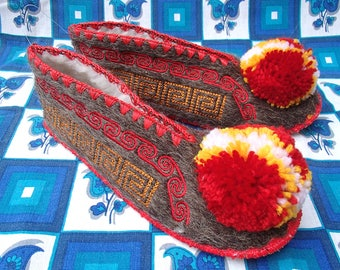 Greek Slippers Size 38 / UK5,5 / wool / leather/ / ladies  / pompom