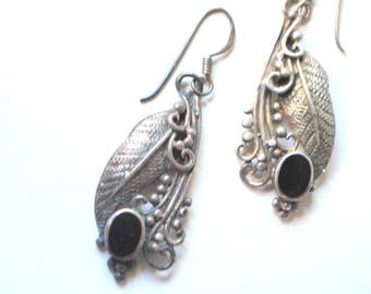 Boho vintage 70s sterling silver 925, dangle, fish hook  earrings with a genuine blacvk onyx and filigree details.