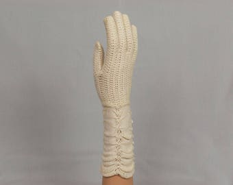 1960s Lace Gloves Knitted white cotton Lightweight 2 7/8 inch palm Ruched sleeve area Size 7 Excellent condition 11 1/2 inches long