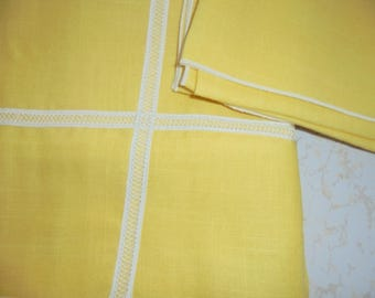 VINTAGE Beautiful Yellow TABLECLOTH & 4 Matching NAPKINS