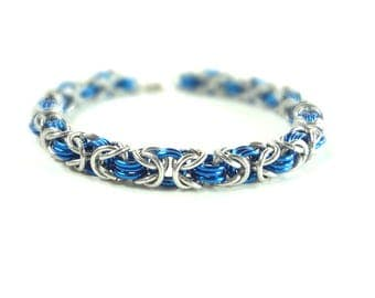 Chainmaille Byzantine Or Birdcage Bracelet In Blue And Silver Anodized Aluminum