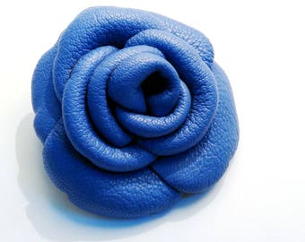 Flower brooch in lavender blue grained calf leather