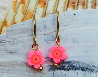 Gold niobium hypo allergenic allergy free earrings with pink and orange fimo clay flower small and delicate