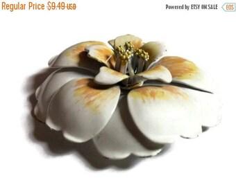 Enamel flower brooch, White Ivory flower brooch, 1970s brooch, Enamelware brooch, metal flower brooch, flower pin, lapel pin