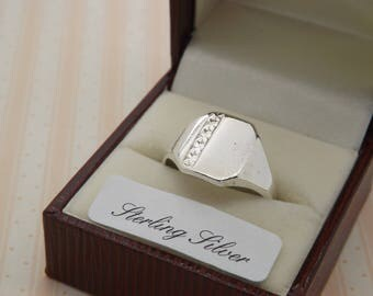 A lovely silver gents 1970's period vintage jewelry signet / dress ring made with a square front with a partly engraved design