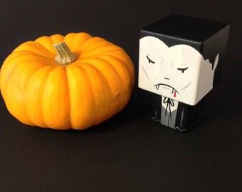 """Figurine cubique en bois décorative """"Dracula""""- peinte à la main (taille S)"""