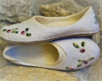 """Felted slippers """"Snowberry""""/gift idea/ for her/ for mother/ for grandmother/ for friend/"""
