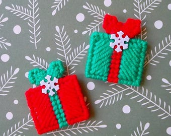 Plastic Canvas: Mini Christmas Gifts Magnets (set of 2)
