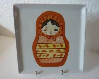 Assiette carrée en porcelaine de Limoges motif poupée russe (2)