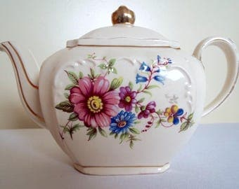 Vintage Small Teapot For One. Sadler Cube Individual Vintage Tea Pot With Pretty Flowers. Tea For One Teapot, Holds Two Cups. Very Pretty