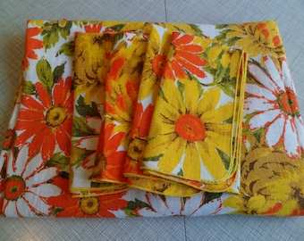 """Vintage 1960's/70's Retro Mod Floral Tablecloth and 4 Napkins 59 x 80"""""""