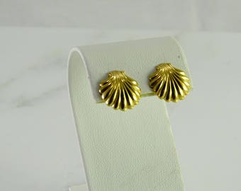 Scallop Pierced Earrings in 14K