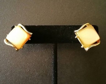 Vintage Thermoset Earrings, Square Cabochons, Taupe, Brown Moonglow, Screw On Earrings, .72 Inch, Gold Tone (E-ER-263)6pt