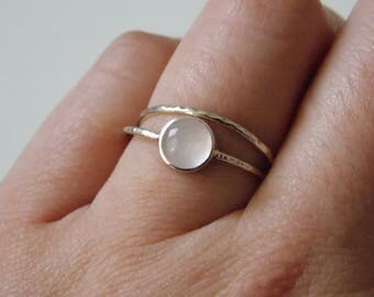 Silver fine and modern hammered ring with 2 interlace rings and a rose quartz stone.