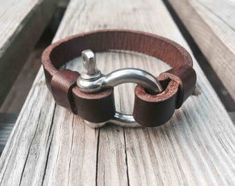 Leather bracelet with shackle fastener