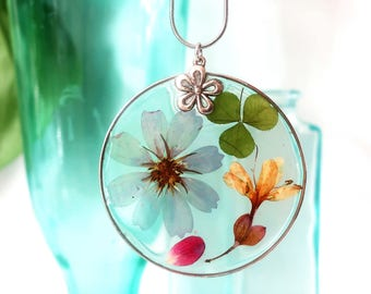 Necklace with real flowers in resin