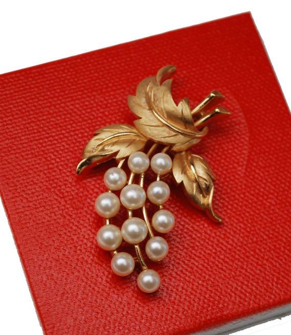 Crown Trifari flower Brooch - White Pearl gold metal -Floral Leaf  pin