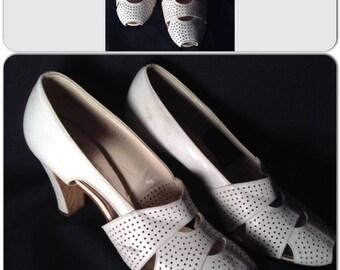 1930s 1940s pierced peeptoe Deco Creamy White Heels Gorgeous Condition sz 7 B