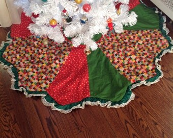 Vintage tree skirt in excellent condition.. Mixed array of vintage fabrics in reds and greens.....prints and solids.....calico prints...