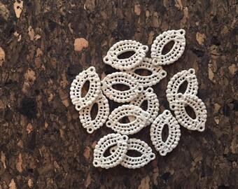 Ensemble de 13 breloques dentelle blanches en métalSet of 13 white metallic lace pendants
