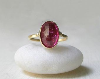 Pink Toumaline Yellow Gold Ring - 18 karat Gold - Alternative Engagement - One of a Kind - Oval - Bezel Set - Faceted – October Birthstone