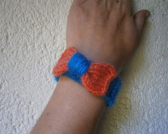 Bracelet adorned with a bow, wool, button closure