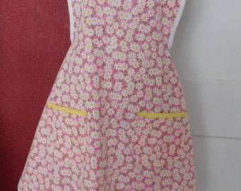 LADIES DAISIES APRON -- Pink with daisies -- 2 lined pockets and trimmed in white