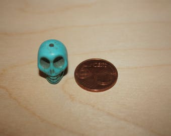 """BEAUTIFUL """"SKULL"""" IN TURQUOISE BLUE HOWLITE STONE"""