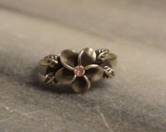 925 Sterling silver Flower ring, size 8, with 2,56gram  and nice pink stone in the middle of the flower.