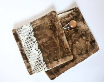 Collar gashes snood Brown fur, Ecru lace and vintage button
