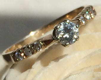 Stunning Vintage 9ct Gold Diamond Ring with Tiny Diamond Shoulders Total Diamond Weight 0.29ct Size UK K or US 5 1/2